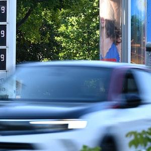 Wird mit der neuen Bundesregierung der Sprit an den Tankstellen wesentlich teurer? Unser Foto zeigt eine Preissäule an einer Tankstelle.
