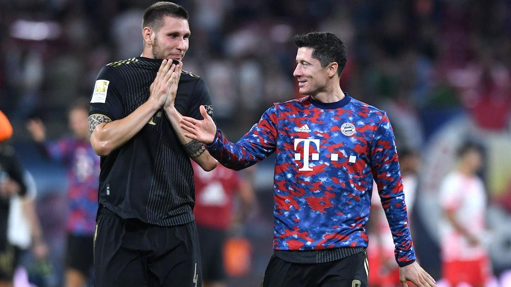 Robert Lewandowski und Niklas Süle feiern Sieg des FC Bayern München bei RB Leipzig.