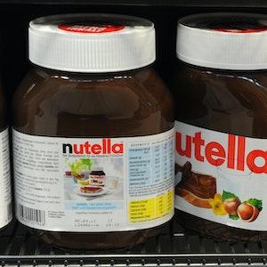 Nutella-Gläser stehen am Donnerstag (17.11.2011) in einem Regal in einem Supermarkt in Hamburg.
