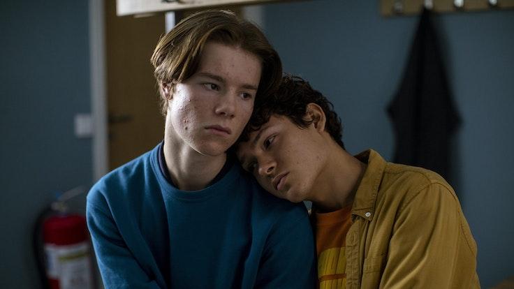 """Edvin Ryding (l) als Wilhelm und Omar Rudberg als Simon in einer Szene aus """"Young Royals"""" (undatierte Filmszene). Die Serie ist auf dem Streamingdienst Netflix verfügbar."""