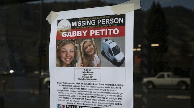 Auf einem Fahndungsplakat sind Fotos der getöteten Gabby Petito zu sehen. Mit dem Plakat wurde in den USA nach der jungen Frau gesucht.