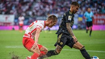 Überbelastung für den Rasen: Leipzigs Dani Olmo gegen den Münchner Lucas Hernandez.