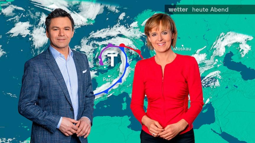 Özden Terli (l.) und Katja Horneffer (r.) stehen vor der Wetterkarte im ZDF-Studio.