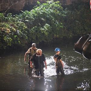 Die Elefantenskulptur Tuffi wir aus der Wupper geborgen. Rund eine Woche nach der verheerenden Flut war die Skulptur in Wuppertal wieder aufgetaucht. Das Hochwasser hatte Tuffi vom Sockel gestoßen und in der Wupper verschwinden lassen.