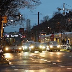 Autos mit Scheinwerfern auf der Aachener Straße in Köln.