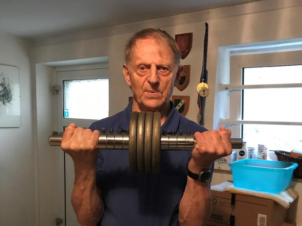 Dieter Wolf trainiert mit Gewichten.
