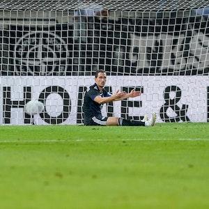 Georg Margreitter sitzt frustriert auf dem Fußballplatz