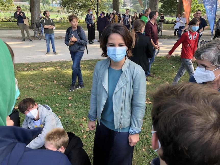 Annalena Baerbock spricht bei Klimademo in Köln mit Jugendlichen.