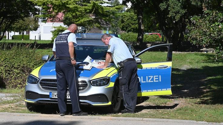 Polizisten besprechen sich vor der Klinik am Weissenhof in Weinsberg. Strafgefangene waren zuvor aus der Psychatrie ausgebrochen.