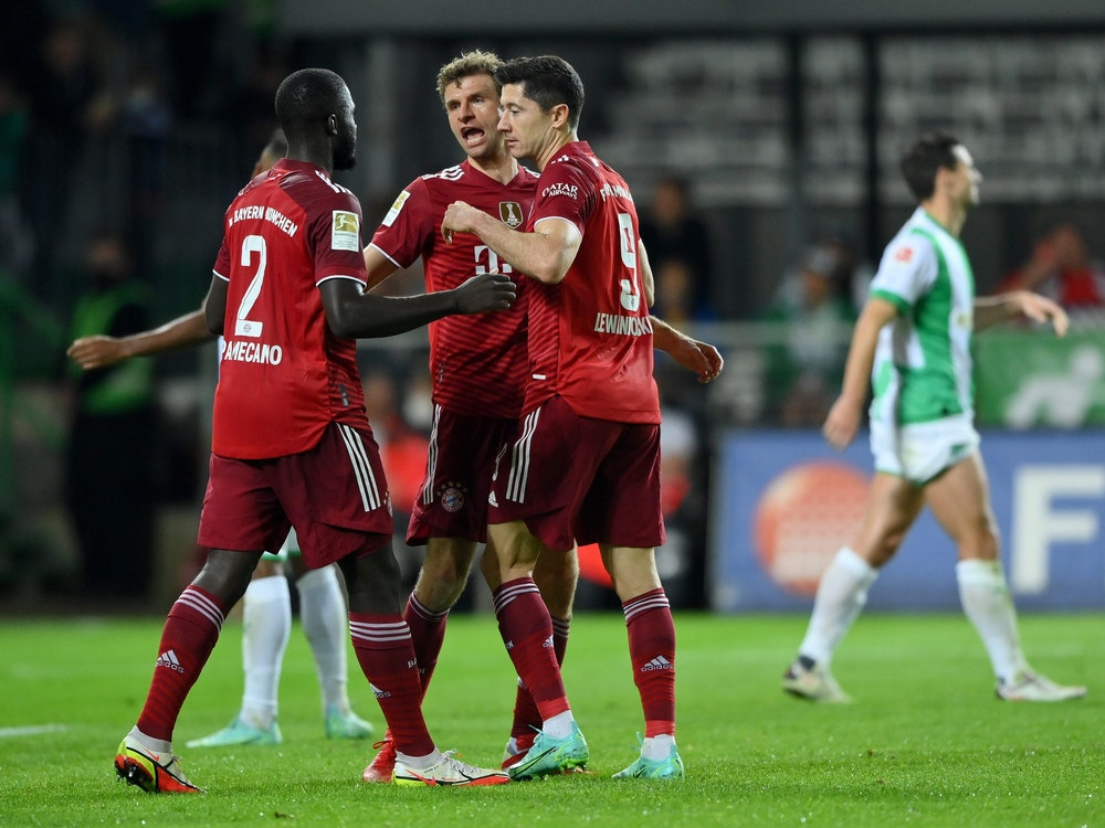 Dayot Upamecano, Thomas Müller und Robert Lewandowski jubeln gegen Greuther Furth