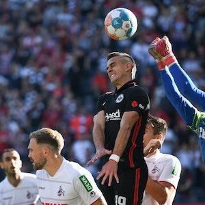 Frankfurts Rafael Santos Borre (M) versucht vor Kölns Torwart Timo Horn (r) an den Ball zu kommen.