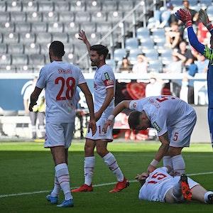 Luca Kilian liegt beim Spiel Eintracht Frankfurt gegen 1. FC Köln auf dem Rasen.