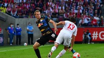 Lukas Klostermann im Duell mit Mark Uth vom 1. FC Köln.