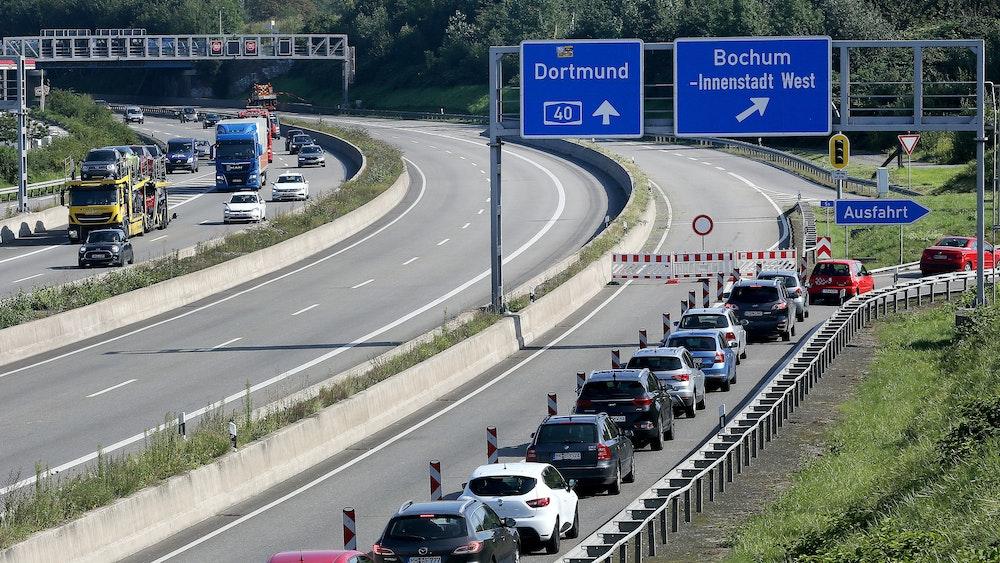 Autos werden am 25. August 2021 auf der Autobahn 40 an der Ausfahrt Bochum West abgeleitet. Wegen des Brandes in einem Reifenlager direkt an der Autobahn musste der Abschnitt der A40 gesperrt werden. +++ dpa-Bildfunk +++