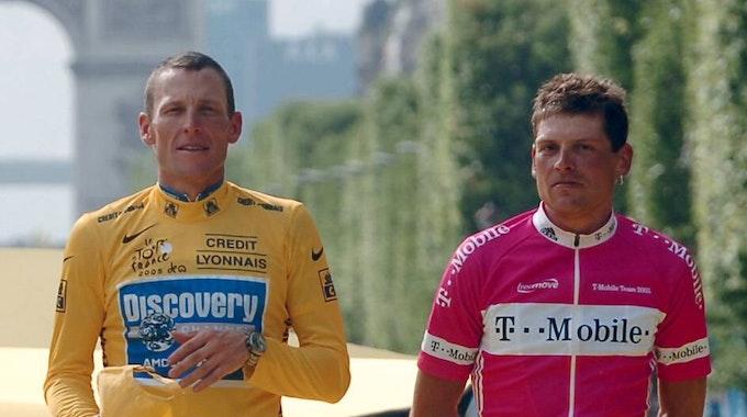 Gesamtsieger Lance Armstrong (USA / Discovery Channel, li.) und sein Dauerrivale Jan Ullrich (Deutschland / T Mobile) 2005