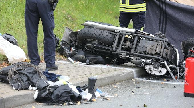 Rettungskräfte stehen neben einem auf der Straße liegendem Motorrad. Ein 66-jähriger Fahrer eines Motorrad-Gespanns ist bei einem Unfall in der Nähe von Freiburg mit einem Lkw zusammengestoßen und ums Leben gekommen. Unser Symbolfoto vom 25. September 2020 zeigt eine Unfallstelle in Greiz (Thüringen).