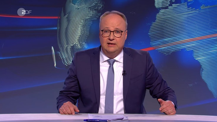 """""""Asoziales Stück Sch...!"""" Bewegung fand Oliver Welke in der """"heute-show"""" am 24. September klare Worte. Welke sitzt im blauen Anzug am Moderatorenpult."""