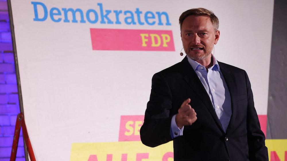 FDP-Chef Christian Lindner beim Wahlkampfabschluss am Freitag (24. September) in Berlin, anschließend ging es am Samstag nach Düsseldorf. In seiner Rede bekam jeder politische Spitzenkandidat sein Fett weg.