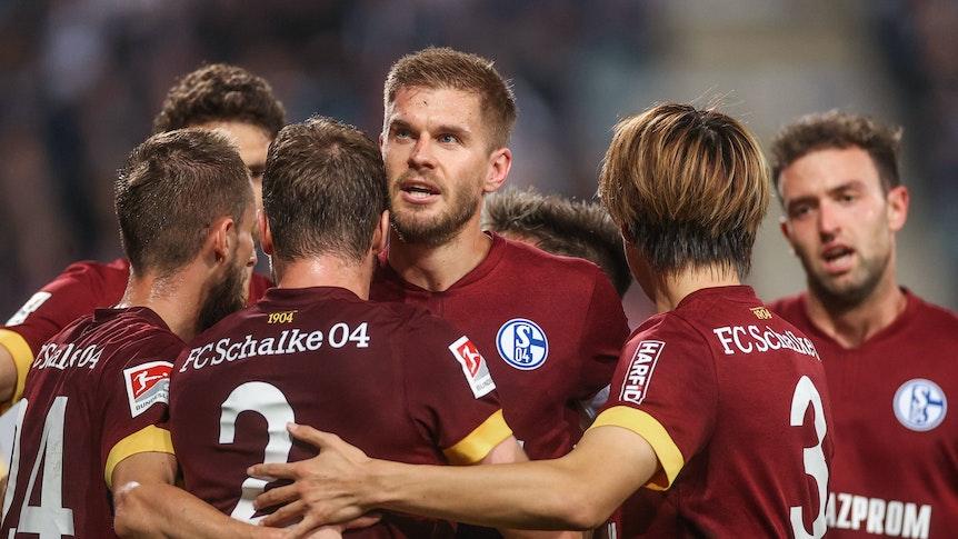 Simon Terodde jubelt mit seinen Teamkollegen vom FC Schalke 04