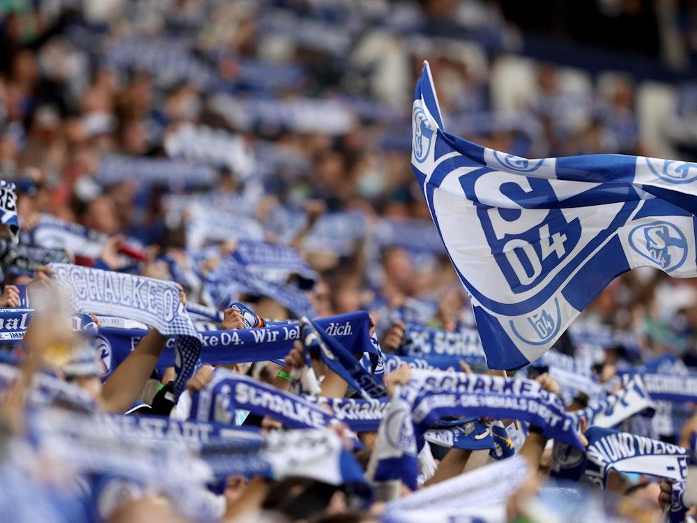 Fans von Schalke 04 heben Schals in die Luft