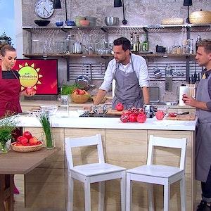 Annika Lau, Matthias Killing und Lukas Haunerland wollen am Freitag, 24. September, zeigen, wie man Granatäpfel schneidet. Lau findet eine Spinne im Apfel und rennt davon.