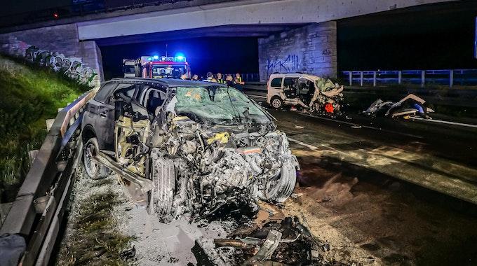 Feuerwehrleute stehen am Unfallort. Drei Menschen sind am frühen Sonntagmorgen bei einem Unfall auf der Autobahn 8 bei Pforzheim ums Leben gekommen, darunter der 35 Jahre alte Unfallverursacher.