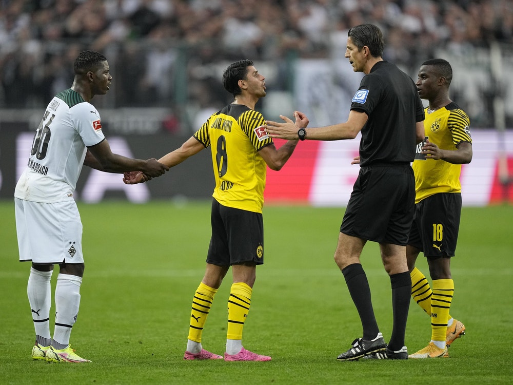 Deniz Aytekin diskutiert beim Bundesliga-Spiel Borussia Mönchengladbach gegen Borussia Dortmund mit Mahmoud Dahoud.