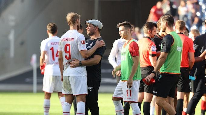 Steffen Baumgart vom 1. FC Köln Sebastian Andersson in den Arm.