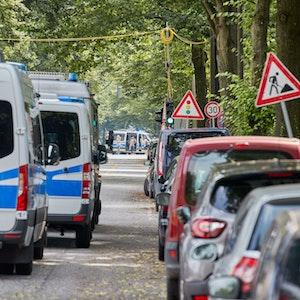 Auf unserem Symbolfoto stehen Polizeiautos in einem abgeriegelten Bereich der Friedensallee in Hamburg-Ottensen während einer Bombenentschärfung.