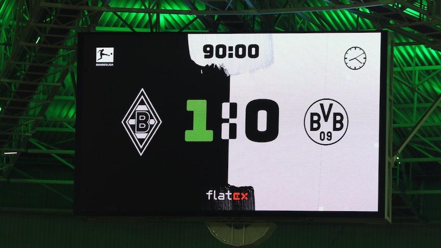 Am Samstag (25. September) fuhr Borussia Mönchengladbach einen 1:0-Sieg gegen Borussia Dortmund ein. Das Foto zeigt die Anzeigetafel der Fohlen im Borussia-Park nach Spielschluss.