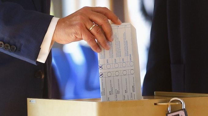 Armin Laschet wirft am 26. September 2021 seinen Wahlzettel in die Urne. Das Schloss scheint nicht geschlossen zu sein.