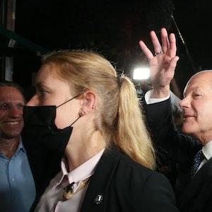 Kanzlerkandidat Olaf Scholz (SPD) winkt am 26. September 2021 nach der Wahlparty im Willy-Brandt-Haus in Berlin.