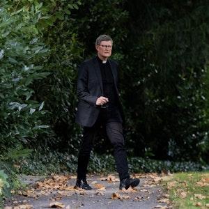 Kardinal Rainer Maria Woelki, Erzbischof von Köln, kommt am 24. September 2021 in den Garten des Erzbischöflichen Haus für ein Statement.