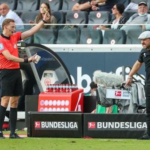 Steffen Baumgart sieht die Gelbe Karte gegen Eintracht Frankfurt.