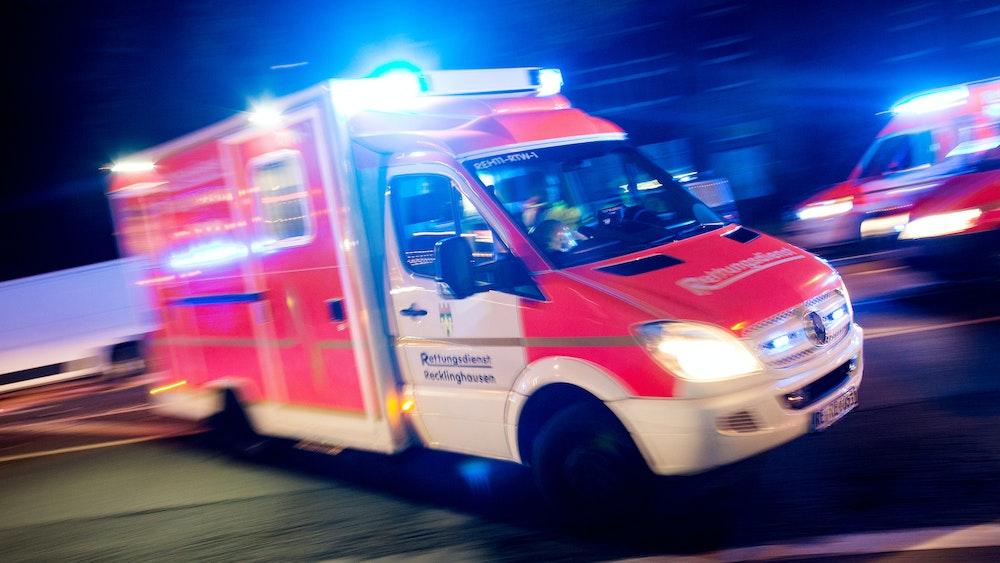 Bei einem Unfall mit einem Auto ist ein E-Bike-Fahrer in Düsseldorf schwer verletzt worden. Unser Symbolfoto (17. Oktober 2015) zeigt einen Rettungswagen bei einem Einsatz in Recklinghausen.
