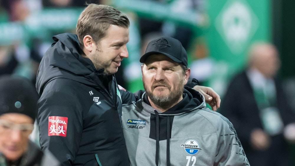 Florian Kohfeldt und Steffen Baumgart stehen Arm in Arm im Stadion