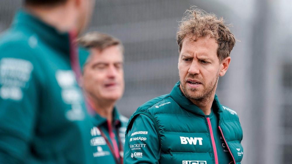 Sebastian Vettel aus Deutschland vom Team Aston-Martin geht während der Streckenbesichtigung auf dem Sochi Autodrom.
