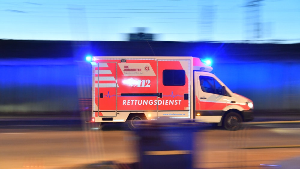 Ein Rettungswagen ist mit eingeschaltetem Blaulicht im Einsatz, aufgenommen im Februar 2018.