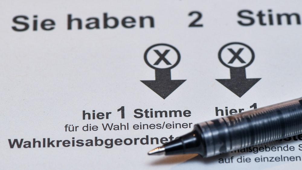 Auf einem Tisch liegt der Stimmzettel der Briefwahl.