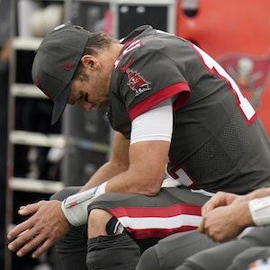 Tom Brady ist enttäuscht auf einer Bank