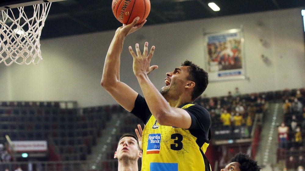 Oscar da Silva versenkt den Ball im Basketball-Spiel der MHP Riesen Ludwigsburg gegen Crailsheim.