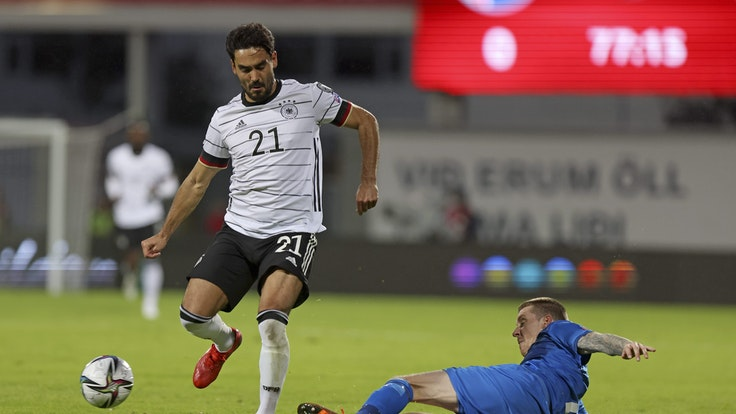 Ilkay Gündogan beim WM-Quali-Spiel gegen Island mit dem Ball am Fuß.