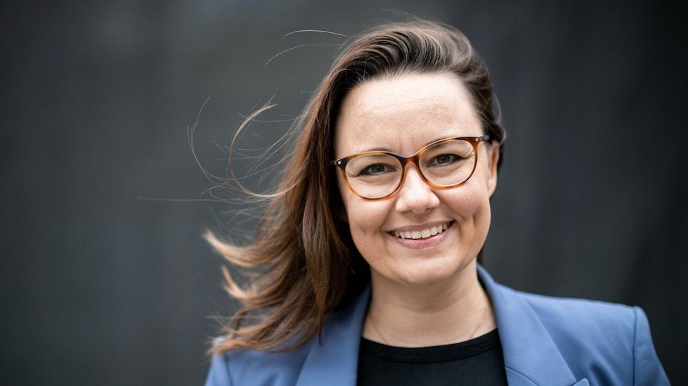 Michelle Müntefering (SPD) steht nach der Wahlkampfveranstaltung hinter der Bühne und schaut in die Kamera.