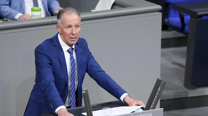 Jens Lehmann von der CDU steht am Pult des Bundestages und spricht.