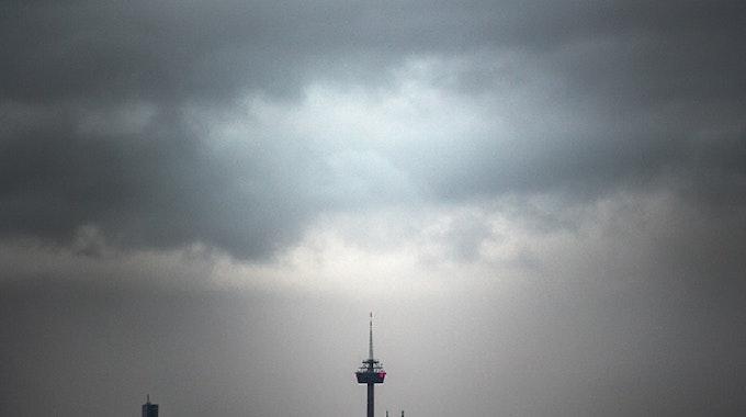 Wolken ziehen am Morgen über den Kölner Dom und den Fernsehturm.