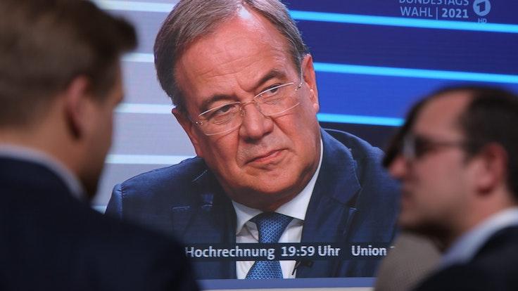 Armin Laschet, hier zu sehen auf einem Bildschirm im Hauptquartier der CDU in Berlin in der Elefantenrunde nach der Bundestagswahl am 26. September 2021.