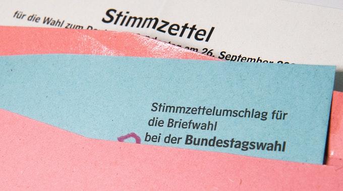 Ein Muster von einem Stimmzettelumschlag für die Briefwahl bei der Bundestagswahl 2021 liegt auf einem Tisch.