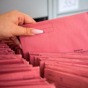 Die per Briefwahl eingegangenen Stimmzettel zur Kommunalwahl werden in der Stadtverwaltung sortiert.