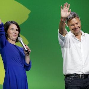Annalena Baerbock und Robert Habeck kommen bei der Wahlparty von Bündnis 90/Die Grünen auf die Bühne.