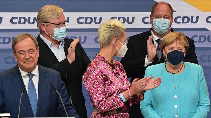 Armin Laschet, Bernd Althusmann, Silvia Breher, Helge Braun und Angela Merkel auf der CDU-Wahlparty zur Bundestagswahl 2021 im Berliner Konrad-Adenauer-Haus.